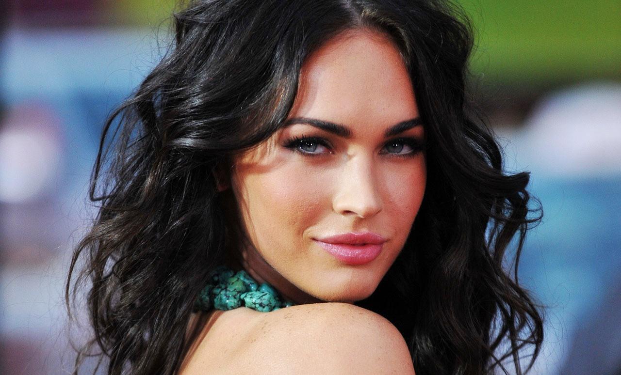 Голубые глаза и черный цвет волос