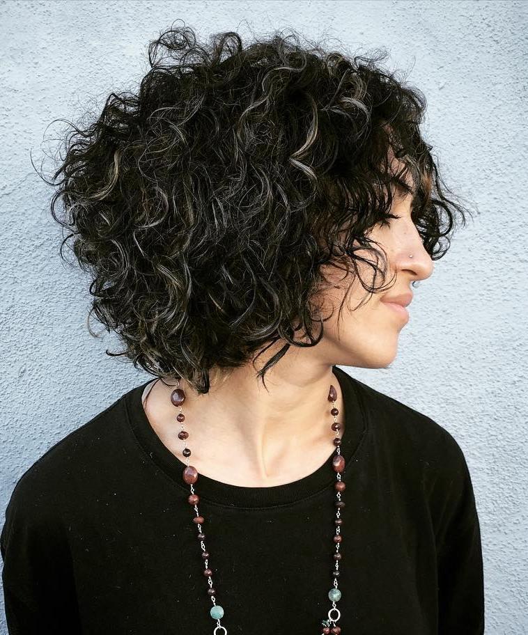 Прически на кудрявые объемные волосы