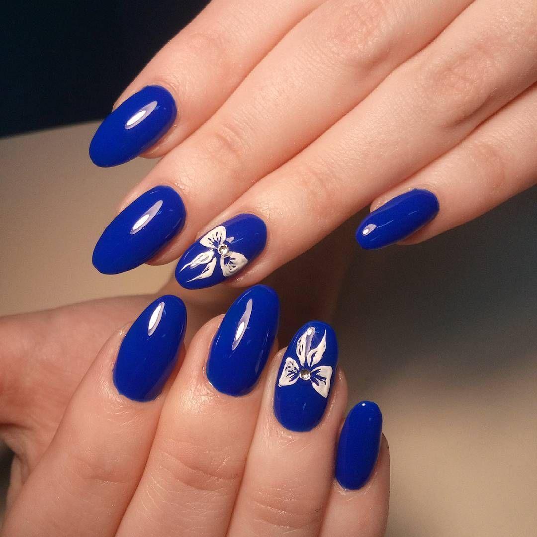 Маникюр дизайн синий с белым фото